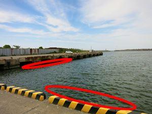 堤防の足元