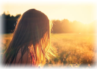 女性と明るい風景