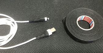 iPhoneケーブルと補強用テープ