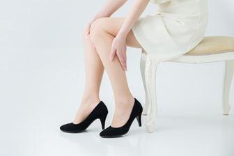 靴で足が痛い女性