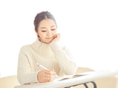 ペン字の練習する女性