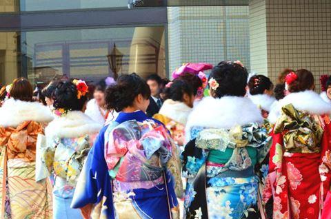 成人式に集まる女性