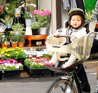 自転車の前に乗った子供