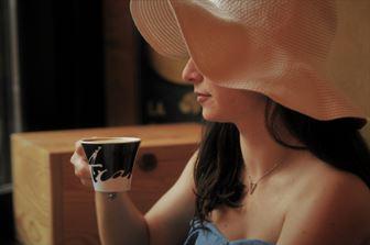 大人の女性とコーヒー